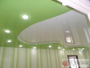 Яркий салатовый с белым потолок в детской комнате