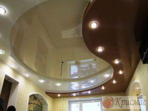Трехуровневый натяжной потолок в гостиной