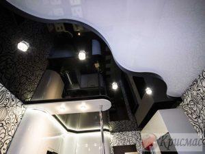 Черно-белый двухуровневый глянцевый натяжной потолок