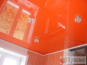 Гланцевый натяжной потолок оранжевого цвета