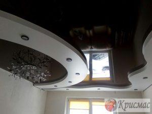 Черно-белый натяжной потолок в зале