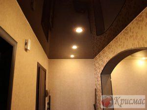 Черный глянцевый потолок, прихожая