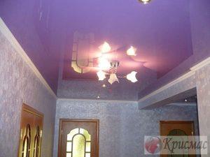 Яркий глянцевый потолок в прихожей
