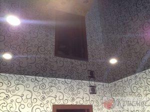 Черный глянцевый потолок в спальне