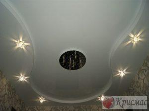 Двухуровневый глянцевый потолок в гостиную