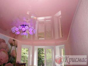 Нежно-розовый натяжной потолок в гостиную
