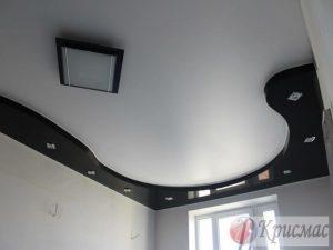 Черно-белый матовый потолок в два уровня