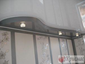 Двухуровневый потолок в гостиной, глянец