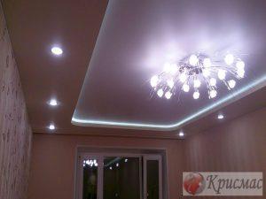 Натяжной потолок в зале, подсветка