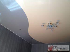 Двухцветный потолок в спальню