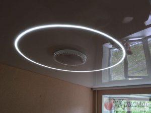 Глянцевый потолок с парящей круговой подсветкой