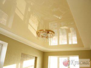 Кремовый потолок в гостиной