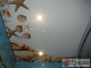 Простая фотопечать на натяжном потолке в ванной