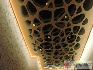 Резной потолок в прихожей с подсветкой по периметру