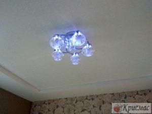 Натяжной потолок в спальню со светодиодной люстрой