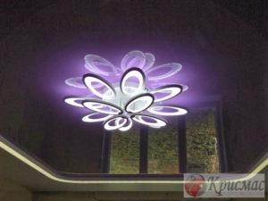 Натяжной потолок в зал со светодиодной люстрой