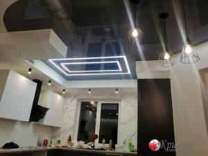 Натяжной потолок на совмещенной кухне
