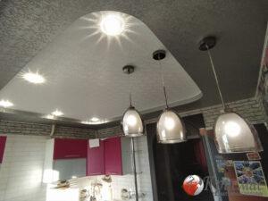 Структурный матовый натяжной потолок на кухне