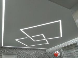Натяжной потолок в современную спальню